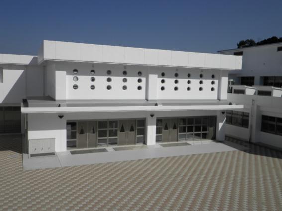 多久中央小・中学校外観(中庭)